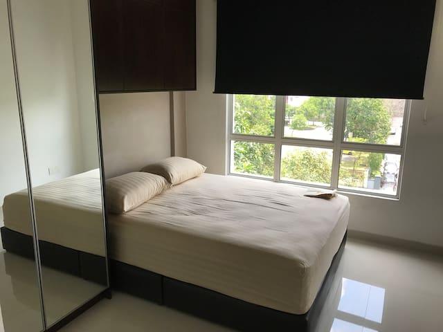 Master Bedroom with pvt bathroom for short transit