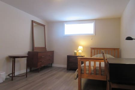 Comfortable Private Suite in Renovated House - 滑铁卢 - 独立屋