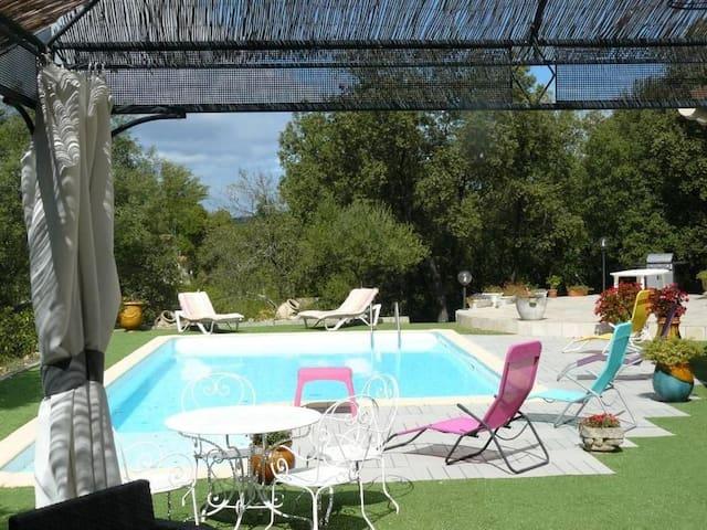 Villa avec piscine en bord de rivière