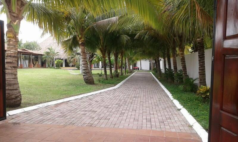 Villa Hermosa calle a Monterrico