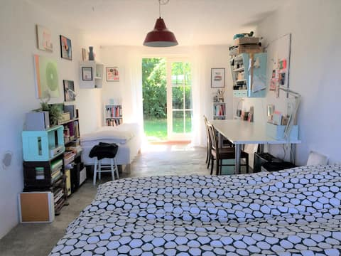 Studio with a lovely garden and breakfast included