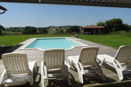 Gite 2 personnes au calme avec piscine chauffée