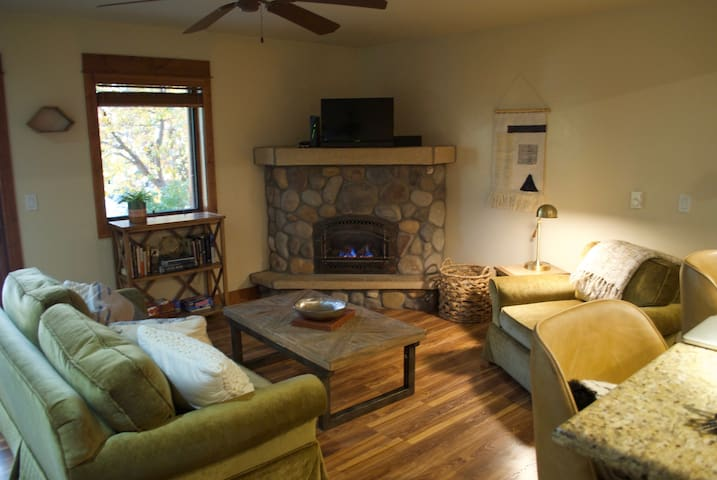 Perfectly located condo - 5 min to skiing or town