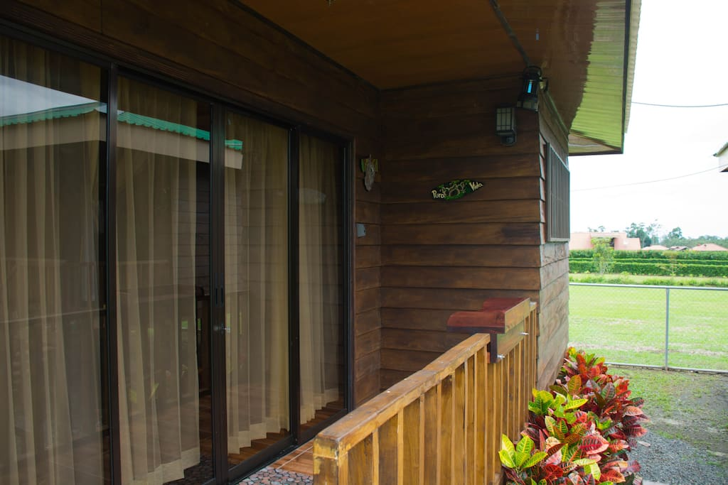 Entrada a la cabaña de madera - Entrance of the wooden cottage