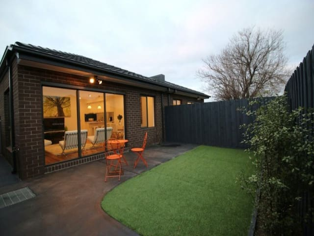 Stylish modern 3bed -15min to city - Altona North