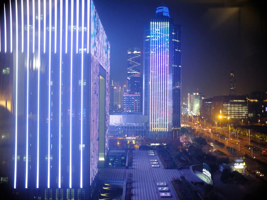 雨润·中央公馆 位于 奥体中心正东门,朝南可见 凯旋门式的市政中心(现代故宫),步行300米抵达 地铁2号线 奥体东站4号出口。图片为室内能看到的CBD夜景。