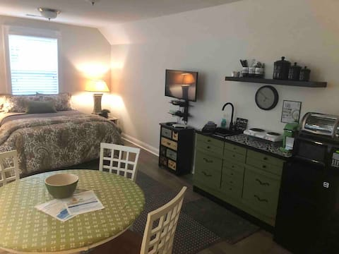 Quiet oasis situated on a pond. 2 miles from beach