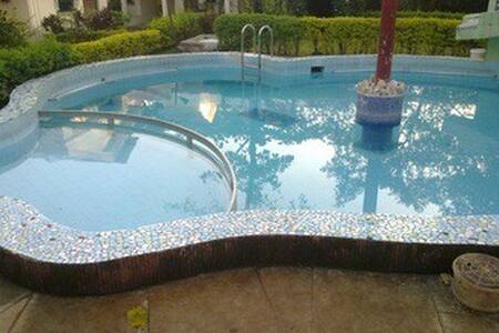 Swimming pool 2bhk bungalow at Lonavala market - Lonavala - 小平房