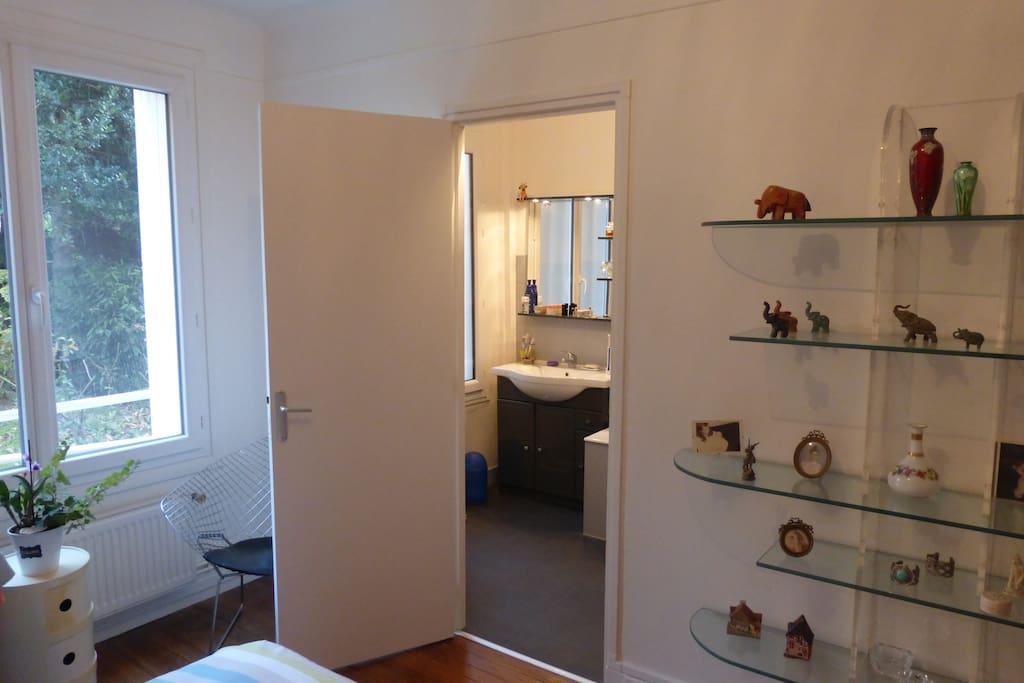 La chambre donne sur la salle de bain privée