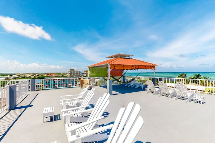 Ideally located apartment w/ kitchen & shared rooftop - steps to the sea!