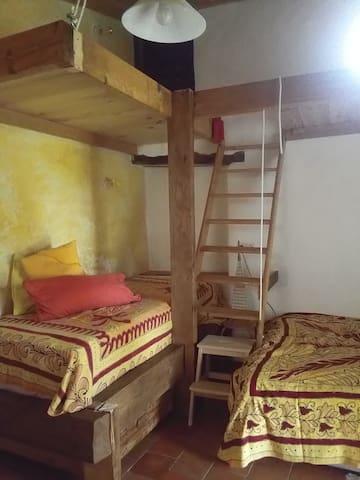 les lits et la mezzanine.