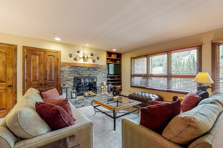 Ski-in/out condo w/mountain view, fireplace, fast WiFi, W/D, shared pool/hot tub