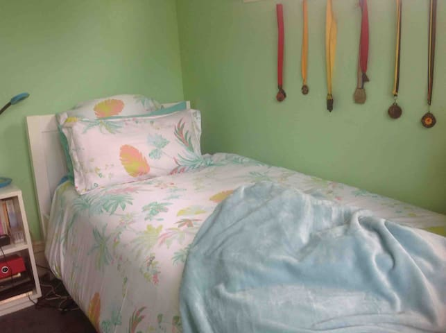 Hospitable hosts, happy home! Single bedroom