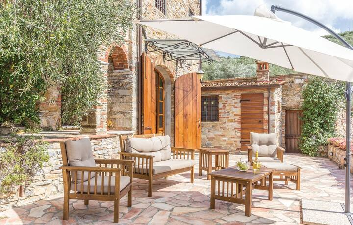 Amazing home in Pieve a Elici -LU- with 4 Bedrooms
