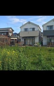 閑静な住宅街にある一軒家。駅から徒歩5分、庭付き、駐車場付き。 - 岡崎市