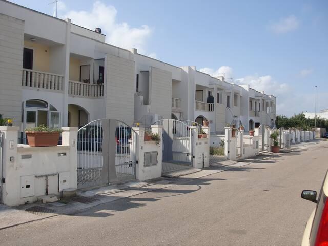 """Appartamento con giardino e posto auto """"Dolmen"""" - Giurdignano - Rekkehus"""