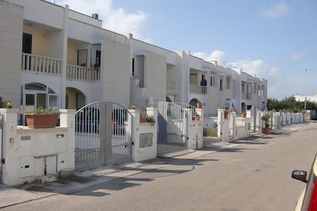 "Appartamento con giardino e posto auto ""Dolmen"" - Giurdignano - Reihenhaus"