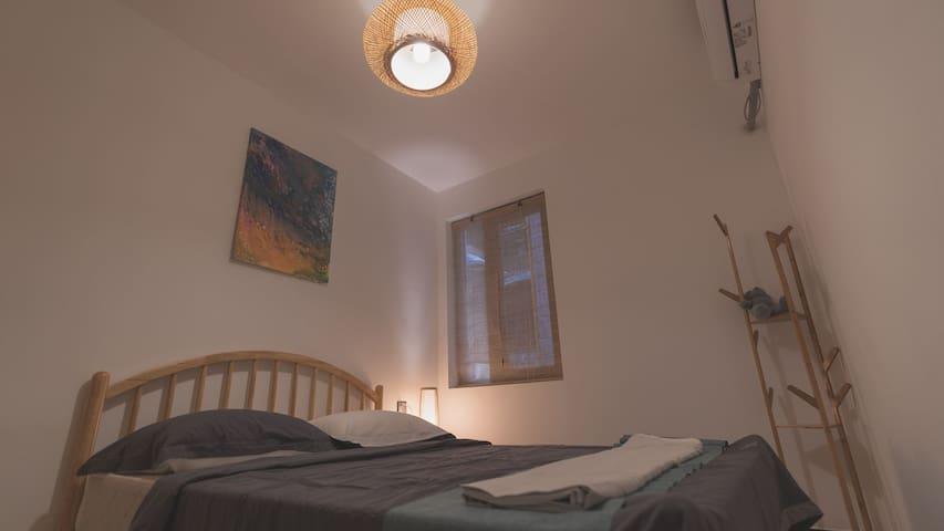 卧室2,配上小灏自创的画作,安静而充满想象。