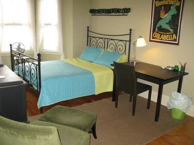 Pretty room in Boston Brownstone with shared bath - Roxbury Crossing - Ház