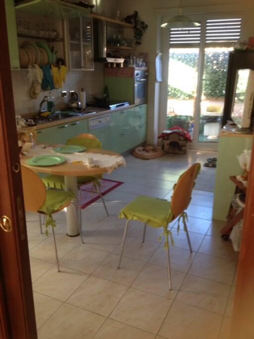 Cucina abitabile per prima colazione con terrazza