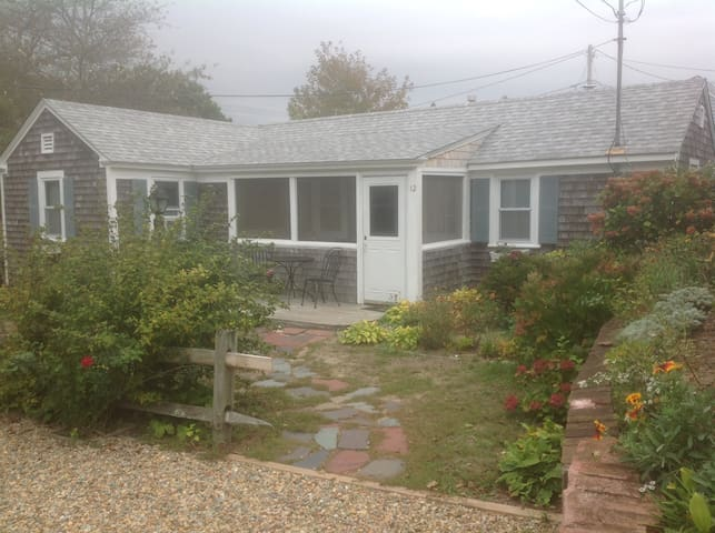 Cozy Cottage 200 feet from Sea Street Beach