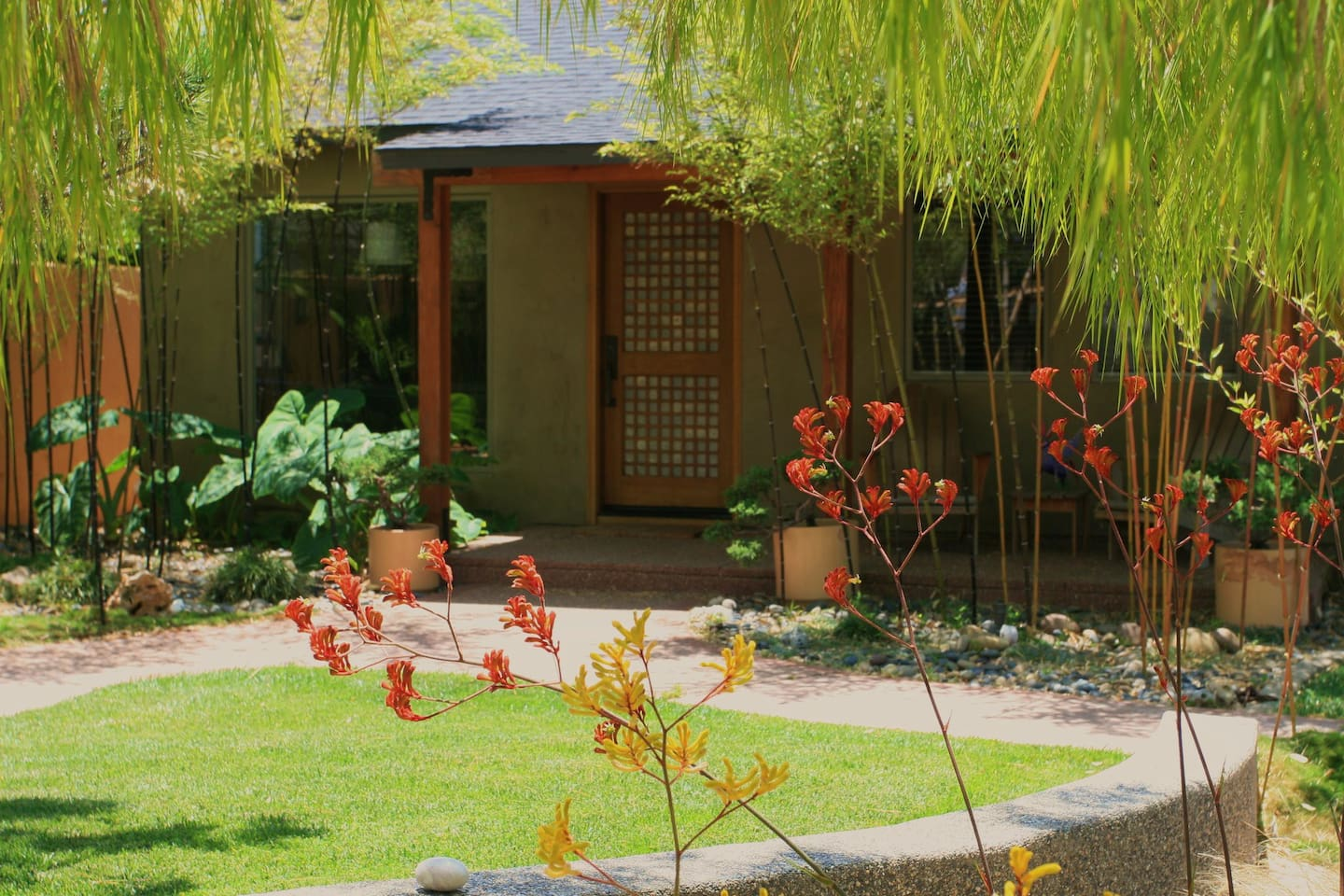Zen gardens.... walk to shopping and the beach - Houses for Rent in ...