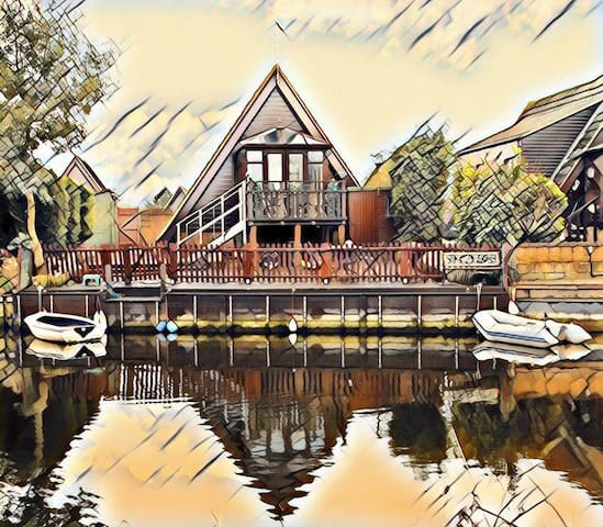 DUCKS HARBOUR-beautiful,detached, waterside lodge.