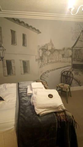 Parisian Room