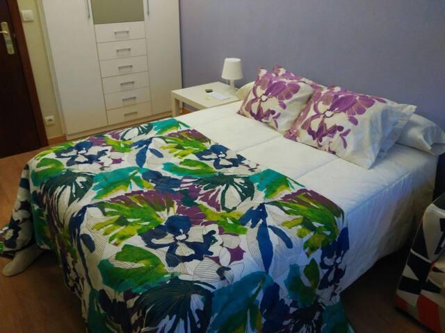 Dormitorio: con armario de puertas (colgadores y cajones)