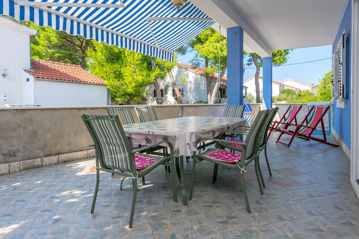 Three Bedroom Apartment, beachfront in Maslinica, Terrace