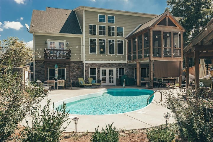 5 Star Estate Near NASHVILLE * Sleeps 25 * Pool