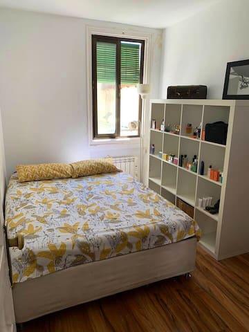 Habitación cómoda y calma en pleno centro-malasaña