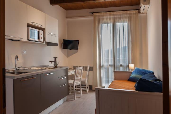 Cucina e letto singolo con accesso alla terrazza