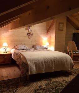 Grande chambre dans chalet en pleine nature - Les Villards-sur-Thônes - Lomamökki