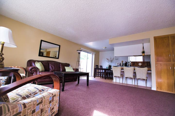 Downtown Park-front Townhouse  FastWifi!  RN & MD