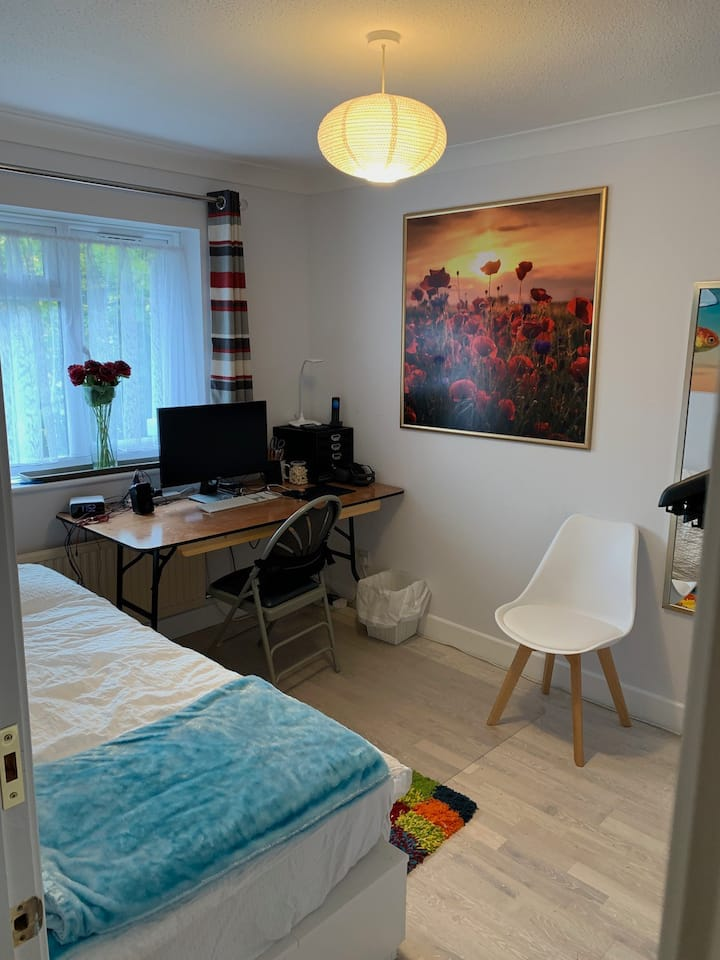 Ensuite Bedroom, Fast WiFi, Cooking & Laundry