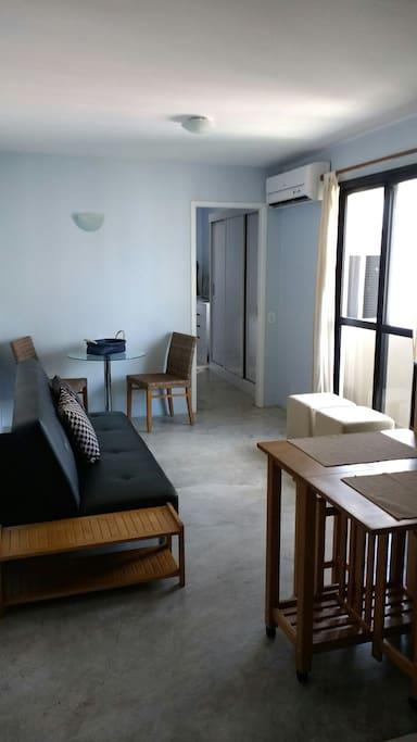 Sala c\cozinha americana,varanda ar condicionado e sofá cama.