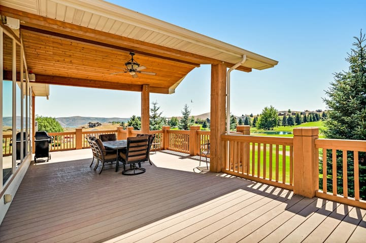 Golf course-adjacent home w/ a full kitchen, Ping-Pong, & a furnished deck