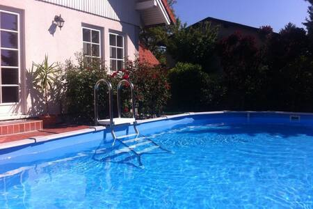 Cozy Room in house + garden + pool + near Vienna