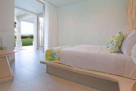 Amed BeachFront Villa with Breakfast - Casa Felix