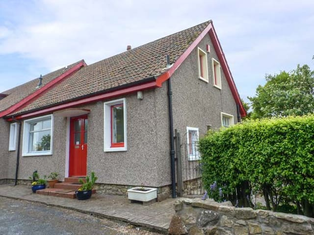 RENNYHILL FARM LODGE, pet friendly in Anstruther, Ref 6986