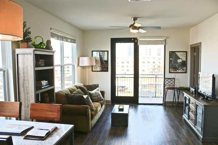 Sunny 1br Midtown Apartment