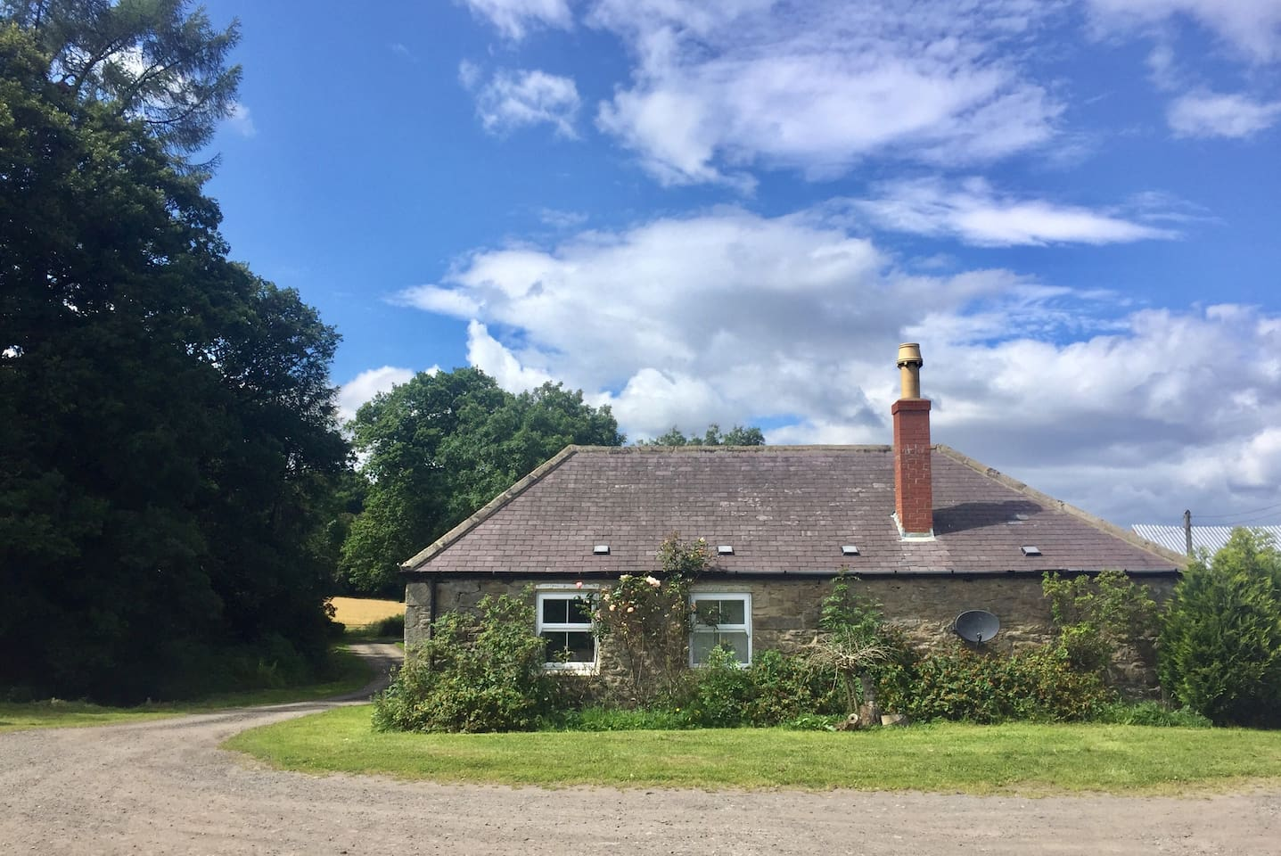 Beautiful secluded cottage with ample parking and a private drive