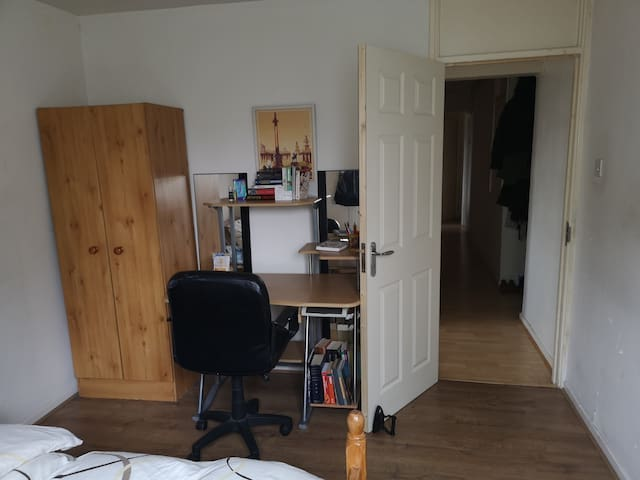 Females only! Cosy, cute room in Stratford flat