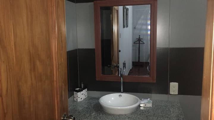 Habitación amplia con baño privado
