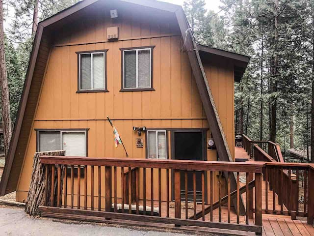 Lovely A Frame w/ large deck & private pool access