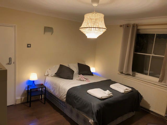 BRIGHT ROOM *THE TRENDY CAMDEN & REGENTS AREA 58/1