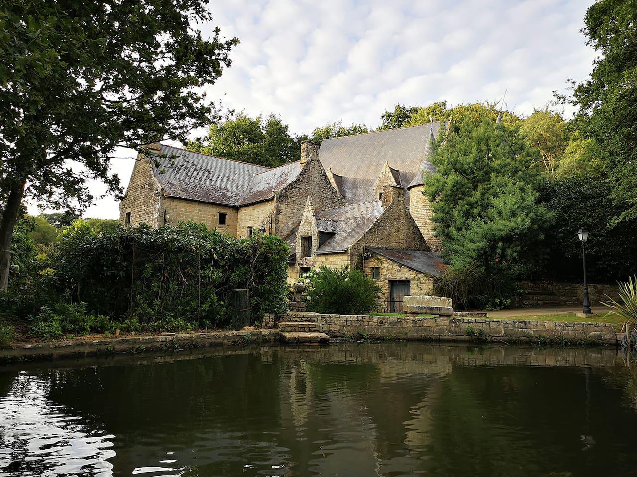 Le moulin de Carné vu de l'étang