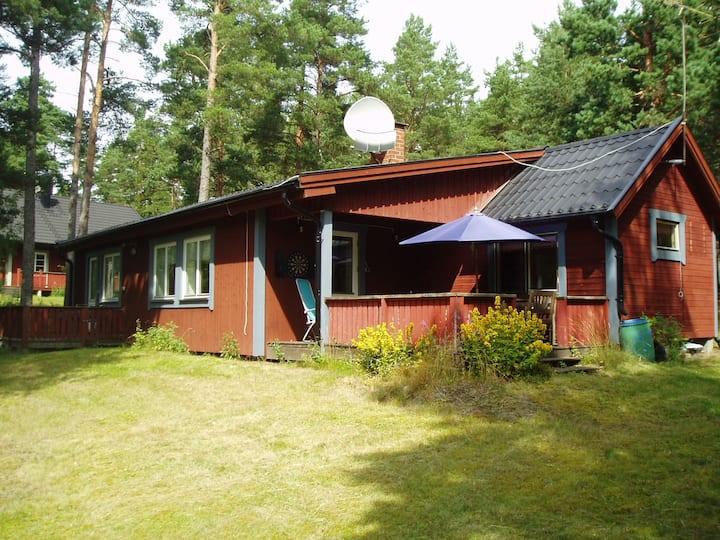 Rymligt fritidshus vid Östersjön