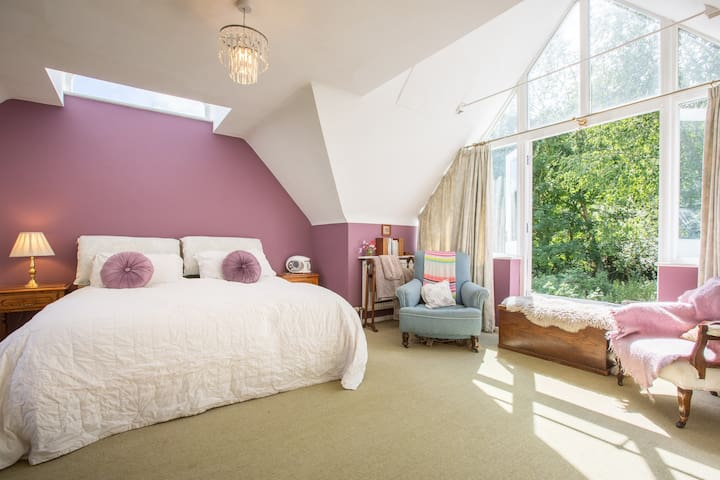Spacious Chic En-Suite Room in Charming Cottage